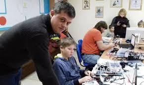 Мечтал защитить диссертацию а открыл студию робототехники в  В июне 2014 года Юрий с женой и двумя детьми представить себе не могли что в родной дом они в ближайшие годы не попадут Оставаться в Донецке было страшно