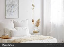 Einfache Lampe Lampe Einem Seil Hängend über Bett Mit Weißen