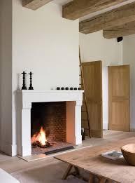 large open fireplace, let ook op de zware balken De schouw komt een eind de