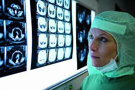 l'examen de clichés par le radiologue