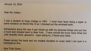 Un Homme Rend Un Livre A La Bibliotheque Avec 49 Ans De Retard