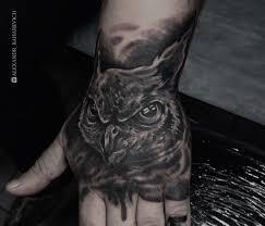 филин на кисти перекрытие старой татуировки мастер саша бахаревич