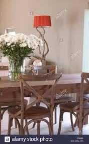 Esstisch Und Stühle In Holz Und Bambus Mit Vase Mit Weißen