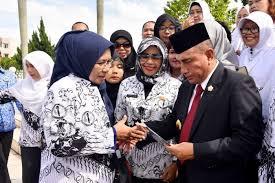 Gubernur sumut edy rahmayadi mengatakan honor mengajar guru honorer semula rp 40 ribu per jam. Peringati Hari Guru Edy Sebut Sudah Naikkan Gaji Guru Honorer Sebesar Rp 50 Ribu Perjam