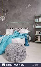Grau Schlafzimmer Mit Bequemen Pouf Bett Und Dekorative Wand Bett