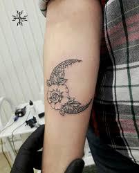 татуировка на предплечье у парня луна и роза фото рисунки эскизы