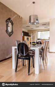 Moderne Esszimmer Mit Weißen Tisch Stockfoto