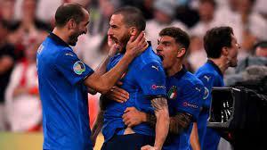 شاهد احتفال بونوتشي وكيليني الجنوني بعد تتويج ايطاليا باليورو - YouTube