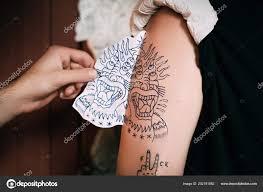 обрезанные выстрел татуировщик передачи эскиз татуировка плече тату