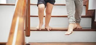 Die neue holztreppe wurde frisch gewischt und ist danach spiegelglatt. Gefahrenquelle Treppe Anti Rutsch Beschichtung Fur Stufen Aus Holz Horrydoo