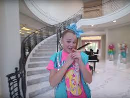 Bekijk onze jojo siwa room selectie voor de allerbeste unieke of custom handgemaakte items uit onze shops. Video 16 Year Old Jojo Siwa S Mansion Tour On Youtube