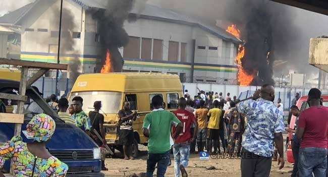 Nigerian Police Destroys People's Properties And Vehicles In Aba.
