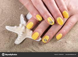 Mladá Dívka Ruce žluté Nehty Vyleštěte Moře Pláž Písek Hvězdice