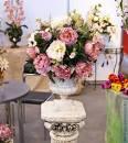 Искусственные цветы в интерьере композиции