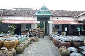 Saking lamanya ada pekerja yang mewariskan pekerjaanya di pabrik kecap ini. Pabrik Kecap Cap Genthong Balai Pelestarian Cagar Budaya Yogyakarta