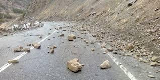 Нарын  облусунун  Кочкор районунда  авто жолго   катуу жааган жамгырдан  таш кулады