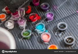 художник татуировки смешивание цветов в небольшие чашки для чернил