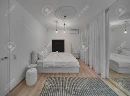 Modernes Schlafzimmer Mit Weißen Wänden Und Ein Parkett Mit Einem