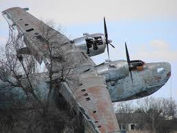 Resultado de imagem para avião enferrujado