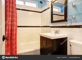 Frisch Renovierte Badezimmer Mit Weißen Fliesen Dusche Surround
