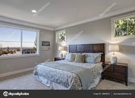 Graue Schlafzimmer Design Mit Queensize Bett Stockfoto Iriana88w