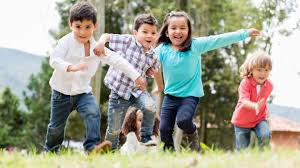 Cuando el niño que está corriendo deja el pañuelo por detrás de un niño sentado. 27 Juegos Tradicionales Mexicanos Con Reglas E Instrucciones