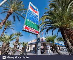 Las Vegas, 29 DE ABRIL de 2020 - mirando hacia arriba el signo de precio de  la gasolina Chevron Fotografía de stock - Alamy