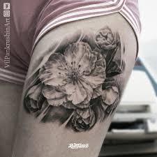 фото татуировки цветы в стиле реализм татуировки на бедре