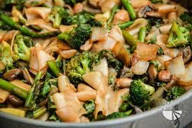 thai flat rice noodles w broccoli