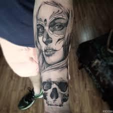 мексиканская девушка и череп тату на предплечье у девушки