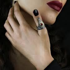 кольцо на большом пальце у девушки как носить