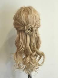 お花モチーフのハーフアップ 両サイドの髪を後ろで合わせてみつあみ