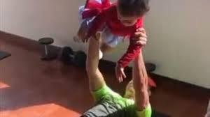 Cristiano Ronaldo fa ginnastica con due pesi d'eccezione: i figli -  Eurosport
