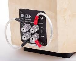 kef xq20. statt billiger blechbrücken liefert kef immerhin schon richtige kabelbrücken mit, die beim single-wiring-betrieb zum einsatz kommen. kef xq20