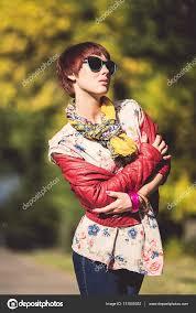 公園でショート カットの髪型を持つ女性 ストック写真