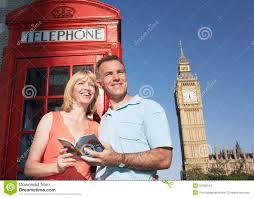 Coppie con la guida contro la cabina telefonica di londra e grande