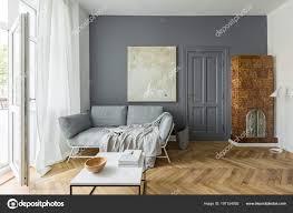 Grau Und Weiß Wohnzimmer Mit Vintage Kachelofen Stockfoto