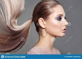 Fille Avec La Coiffure De Queue De Cheval Cheveux Droits