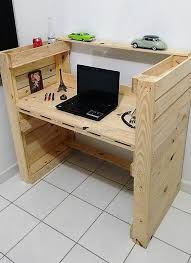 Make Your Own Computer Desk A Bunch Of Desks Made Out Of Wooden Pallets Pallets Euroalused
