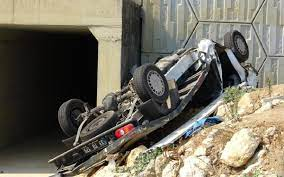 Araç köprüden uçtu: 2 ölü, 1 yaralı - Son dakika haberleri