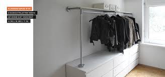 Begehbarer Kleiderschrank - Kleiderstange auf Sideboard | DACH ...