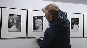 foto claes gabrielson ur svt repore om thomas wågströms utställning på black door gallery
