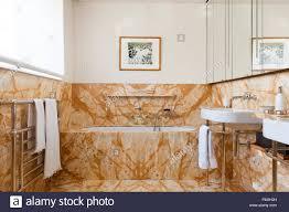 Badezimmer Mit Braunen Kacheln Stockfoto Bild 209435481 Alamy