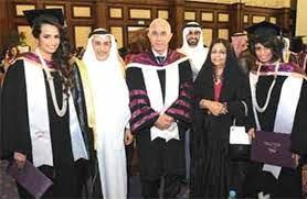 وزير ديوان رئيس الوزراء يحضـــر تخريــــج كريمتيـــه - صحيفة الأيام  البحرينية