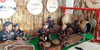 Dalam permainan ansambel campuran diperlukan kerjasama antar seluruh pemain alat musik untuk menciptakan harmonisasi lagu menggunakan alat musik yang berbeda. Contoh Musik Ansambel Tradisional Di Indonesia