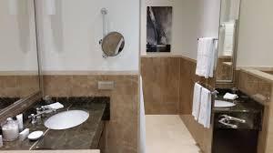 Badezimmer Mit Marmor Badewanne Dusche Hotel Atlantic Kempinski