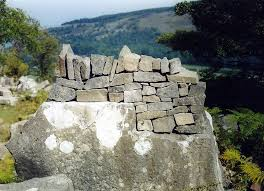 miniature dry stone wall by land artist ian rennie see more of his lovely land art in his flickr set here on stone wall artist with stone art blog