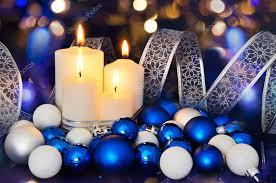 Brennende Kerzen Und Blau Weiß Christbaumschmuck Auf Der
