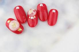 シンプルから派手なデザインまでお洒落な赤と金ネイルのデザイン集