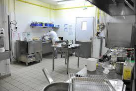 si l approvisionnement et la gestion des stocks sont extérnalisés trois cuisinières confectionnent sur site les repas tout au long de l année